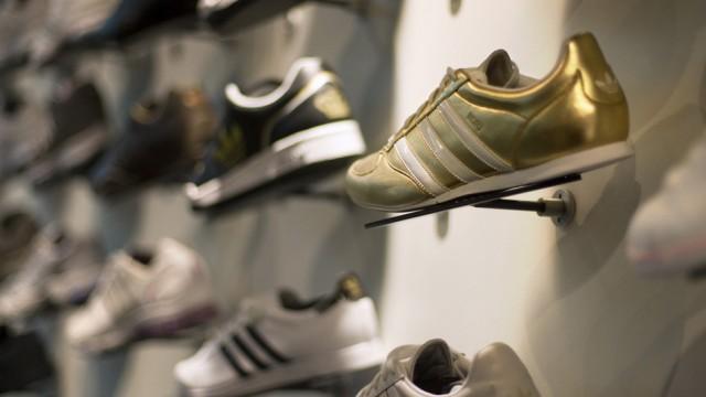 Finden auch in wirtschaftlich anspruchsvollen Zeiten Abnehmer: Schuhe von Adidas, hier im Jelmoli Z�