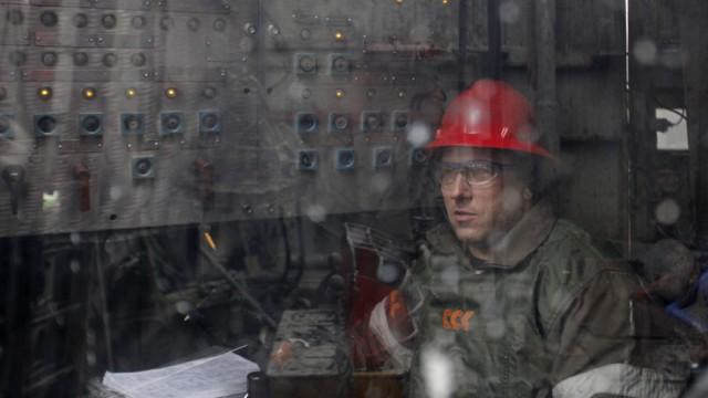 Der Rohölpreis sackte ab: Ein Arbeiter auf einem Ölförderfeld in Russland.