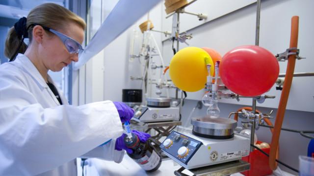 Eine Mitarbeiterin des Pharmaunternehmens Santhera im Labor.