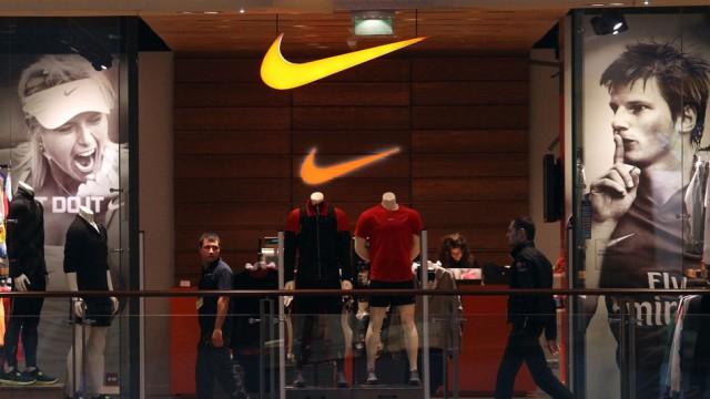 Nike kam vor allem sein Geschäft mit teuren Sportschuhen zu Gute wie der anhaltende Trend, dass Kun
