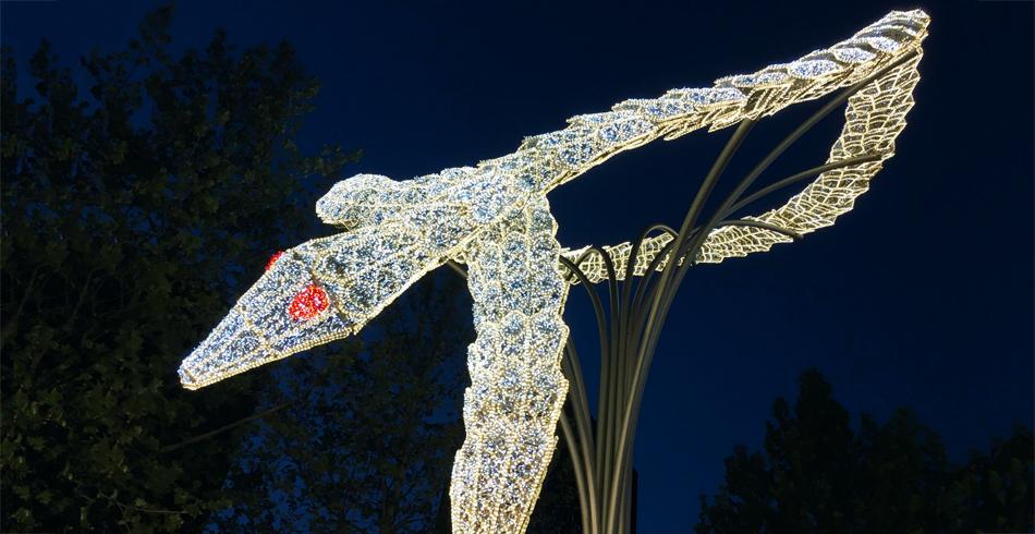 Die Riesenschlange von Bulgari, 15 Meter hohe illuminierte Skulptur im Herzen von Peking.