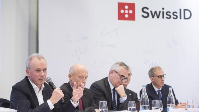Urs Schaeppi, CEO Swisscom, spricht neben Patrik Gisel, CEO Raiffeisen, Thomas Gottstein, CEO Credit