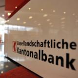 Eine Bank auf dem Weg zum Marktplatz