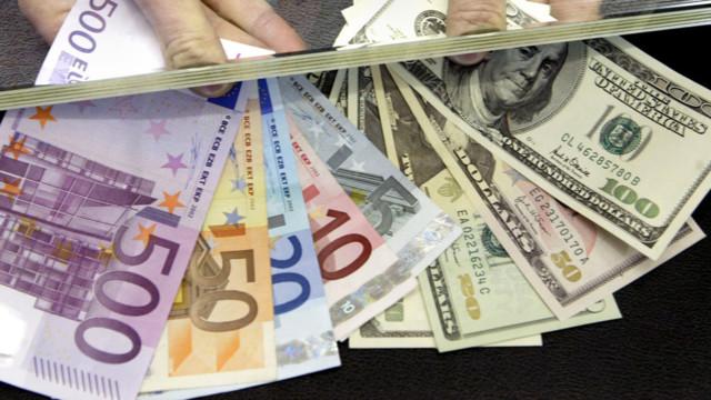 Euro- und Dollarnoten in einer Wechselstube.