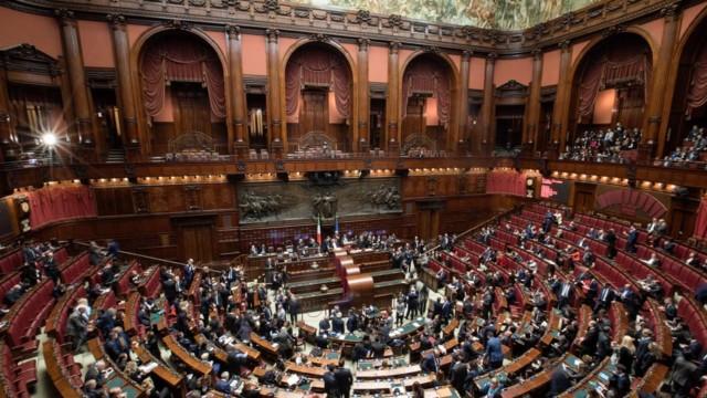 Das politische Chaos in Italien hält die Finanzmärkte weit über Europa hinaus in Atem: Das Parlam