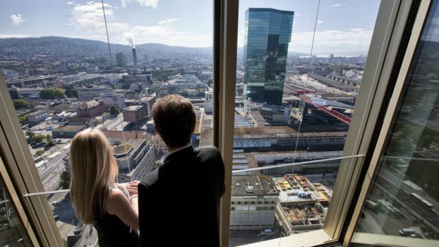 Besucher blicken aus einer Eigentumswohnung im Mobimo Tower mit Blick auf den Prime Tower.