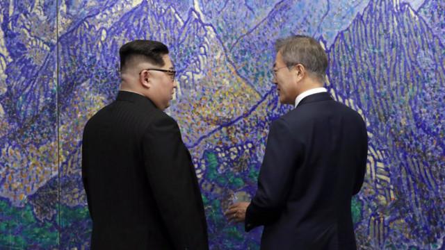 Der südkoreanische Präsident Moon Jae-In (R) spricht mit dem nordkoreanischen Staatschef Kim Jong-