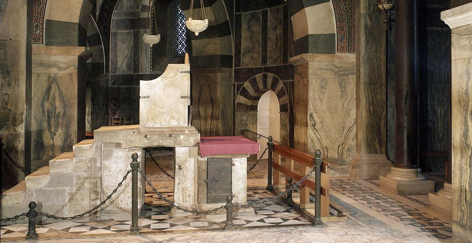Der aus Marmorplatten gefertigte Königsthron in der Aachener Pfalzkapelle. Ob Karl der Grosse darau