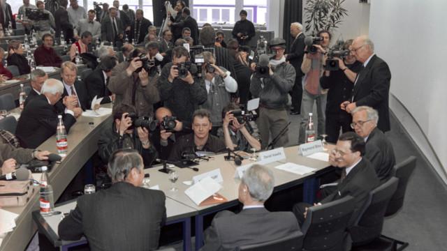 Ciba- und Sandoz-Vertreter verkünden am EuroAirport bei Basel überraschend die Fusion zu Novartis.