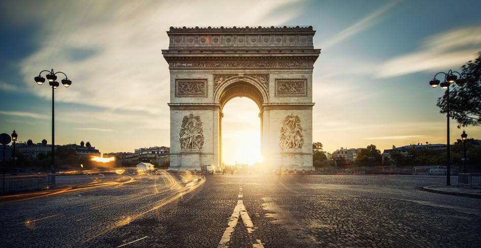 Der Arc de Triomphe, von Napoleon 1806 in Auftrag gegeben: Ort grossen Staatstheaters.