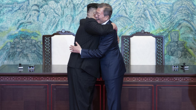 Eine Sorge weniger: Kim Jong Un und Moon Jae-In im vergangenen September.