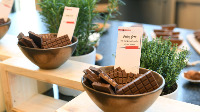 Zum Schokoladegenuss gehören Geschmack und Textur. Dank Hafer- oder Reispulver bleiben auch laktose