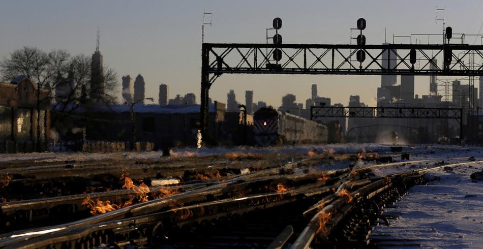 Gleisarbeiter setzten Zuggleise in Flammen, um sie vor dem Schrumpfen zu bewahren. Eine mittelalterl