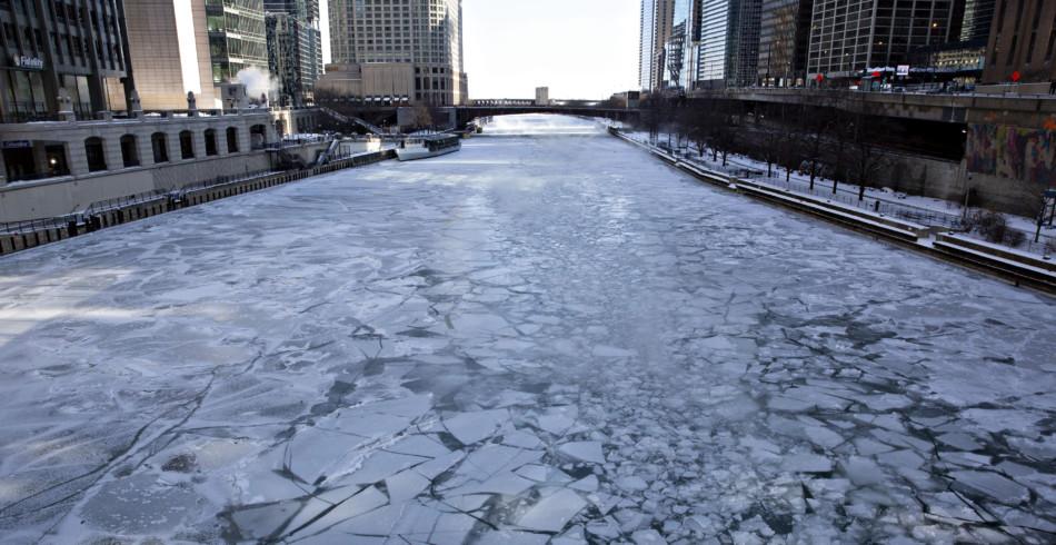 Auf dem Chicago River treiben Eisschollen. Der Fluss, der durch die Millionenstadt fliesst, ist teil