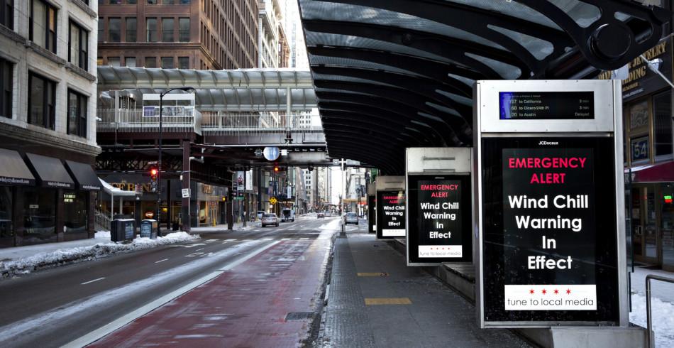 Eine menschenleere Bushaltestelle in Chicago bezeugt, dass sich bei den eisigen Temperaturen kaum Le