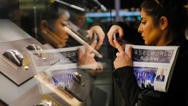 Händler und Journalisten aus aller Welt begutachten die neuen Kollektionen der Uhrenmarken.