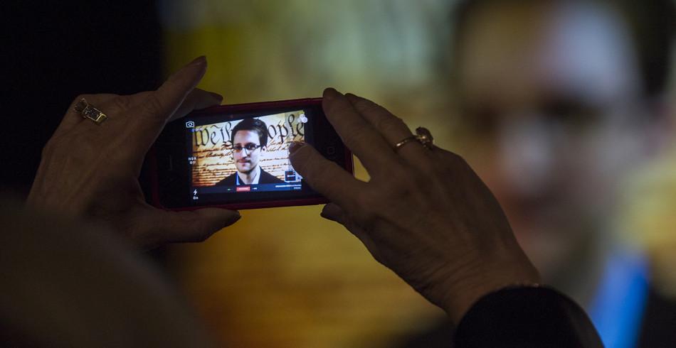 2013 enthüllte der ehemalige CIA-Mitarbeiter Edward Snowden vertrauliche Informationen der amerikan