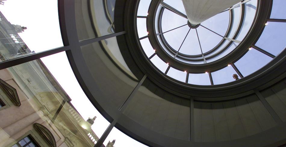 Moderne Baukunst lässt sich auch bei diesem Erweiterungsbau in Deutschland erkennen. Mit einem spir