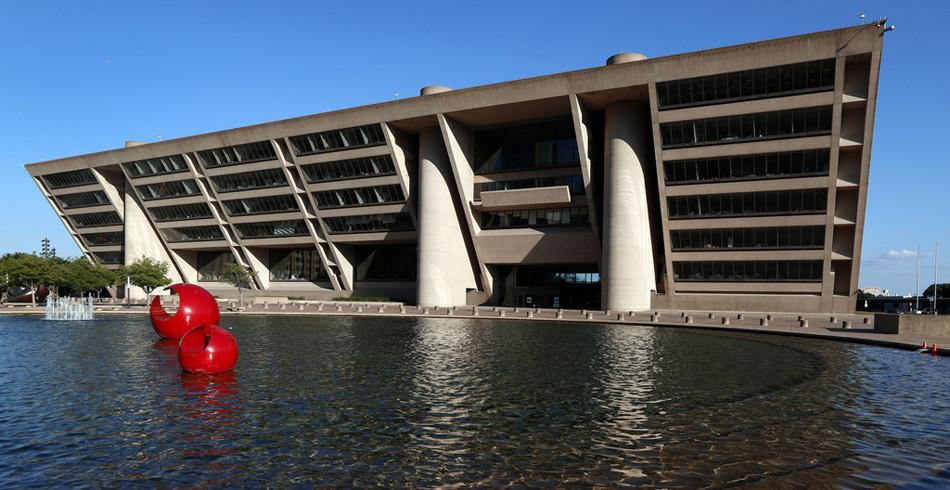 Zusammen mit dem Architekten Theodore Musho zeichnete Ieoh Ming Pei das Rathaus von Dallas. Dieses G